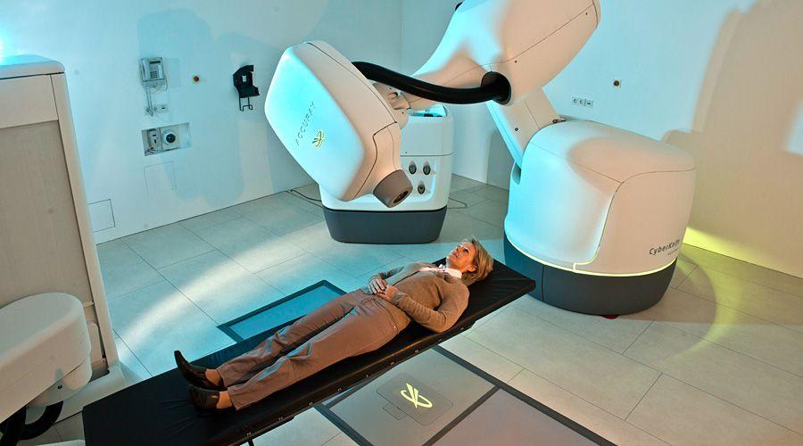Kybernetický nůž provádí zásahy v těle pacienta přesně cílenou radiací